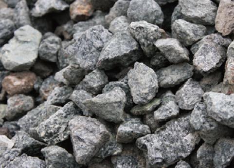 砕石は小さく砕いた自然石を使用
